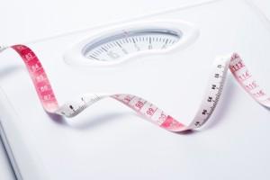 体重計と巻尺のアップ